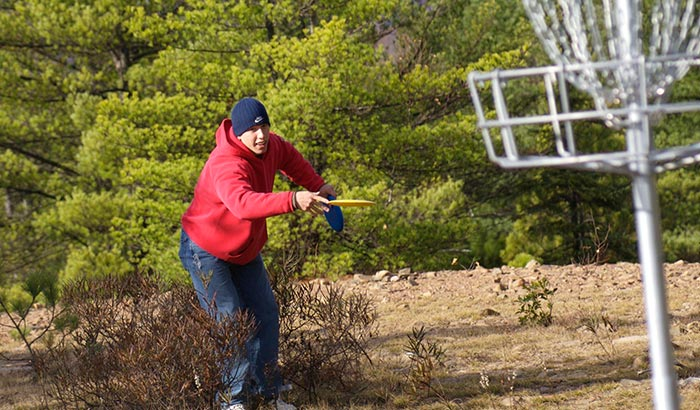 how to throw a disc golf straight